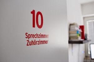 Tür zum Sprechzimmer